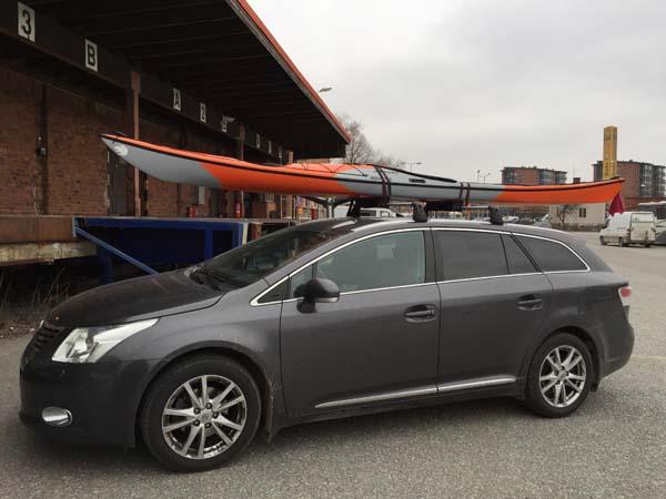 Kajakkia voi kuljettaa helposti auton katolla tai peräkärryllä